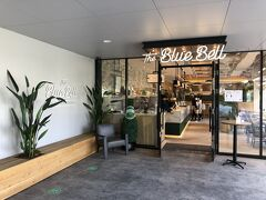 横浜・みなとみらい『PIA ARENA MM』2F 【ALL DAY CAFE & DINING The Blue Bell】  2020年7月10日に『ぴあアリーナMM』にオープンした 【オールデイカフェアンドダイニング ザ・ブルーベル】の エントランスの写真。  検温&手指消毒後店内に入ります。