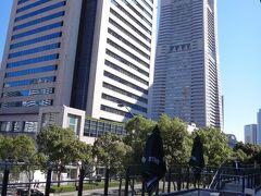 テラス席からは『横浜ランドマークタワー』などが見えます。