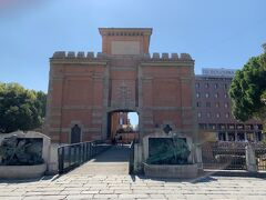 駅前には、いきなり古くて立派な門【ガリエラ門(Porta Galliera)】が現れましたヨー。なんでも12世紀からあった門の残骸(?)を17世紀にリメイクしたものだとか……そんなことは、この場にいるときは知る由もないので、そそくさと写真だけ撮って前を通り過ぎる小さな生きものたちでしたー( *´艸`)