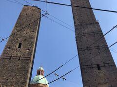 【ボローニャの斜塔(Le due Torri: Garisenda e degli Asinelli)】を下から見上げてみましたー。遠くから見たときは1本かと思ったら、2本建っていましたー('ヮ' )