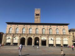 【エンツォ王宮(Palazzo Re Enzo)】という、宮殿ですー('ヮ' )