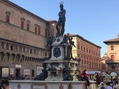 聖堂から外に出て、【ネプチューンの噴水(Fontana del Nettuno)】の脇を抜けていきましょー('ヮ' )