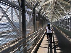 この橋は自動車道の下に二輪車及び歩行者用の通路があるタイプで、視界は良くないのですが高所恐怖症のまやこ的にはいちばん安心して通ることのできる橋でした