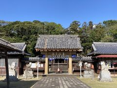 まずは亀岡神社へ。 すぐ横に無料の駐車場有。