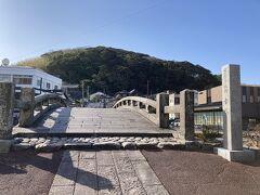 市役所横の駐車場からはすぐ目の前の幸橋。 重要有形文化財だから渡れないモノかと思っていたら、渡っても良い橋なんですね。