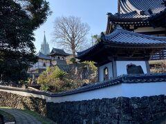 寺院と教会の見える道へ。 寺院と教会が両方見れる独特な景色は個人的な平戸のイメージ(^ ^;)