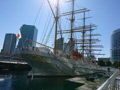 船の前の方に回ってみると、船のへさきの部分にも美しい装飾がされていました