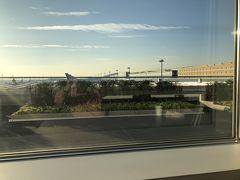 朝7時の羽田空港第2ターミナル、パワーラウンジノース。 コンビニのサンドウイッチと紅茶で朝食です。