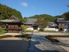 常栄寺の全景。青空に日が射して輝いて見えました。