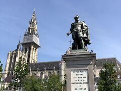 やってきたグルン広場の中央にはルーベンス像。 ルーベンスは経済的にも大成功を収めたアントワープの画家。 バックに聖母大聖堂がそびえている。