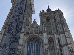 その聖母大聖堂。 北塔は125mの高さに及ぶ。
