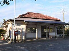 海ほたるから30分程走り、1つ目の駅に到着。朝7時50分。  この駅知ってます?  嵐の「青空の下、キミのとなり」の初回限定版のジャケットになった場所だそうで、それ以外にも数多くのドラマやCM,映画のロケが行われている人気の駅だそうでうす。。。。レトロでかわいい駅舎。