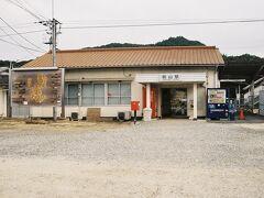 熊山駅。このポストが備前豊田簡易局前ポストを兼ねている。
