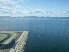 そして出雲空港は宍道湖の端っこに作られているので、着陸は宍道湖の上を飛んでいく。波がなくて鏡みたいな湖に移る機影とか眺めていて、飛行機での移動って楽しいな・・と改めて感じるわけです。ということで出雲空港。