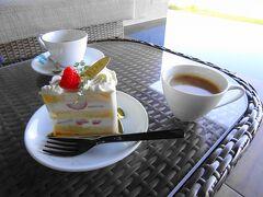 絶景を眺めつつショートケーキとillyのコーヒー (部屋で食べる場合はフォークもつけてくれます)