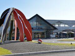 栃木駅で下車。 北口のロータリーに、巨大なモンスターボールが転がっていました(笑)