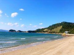 琴弾地(ごだんぢ)海岸。右手に黄色いカボチャ。