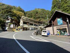 神橋を渡ると右の建物は淡水魚水族館  左と正面はお土産屋と食堂
