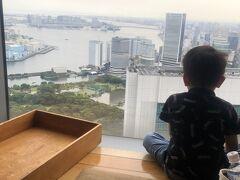 ヒルズを後にして大江戸線で汐留へ カレッタ汐留の響でお昼ごはんをいただきます。 息子さんもこの眺望に釘付け、下に走る新幹線が気になるみたいです。