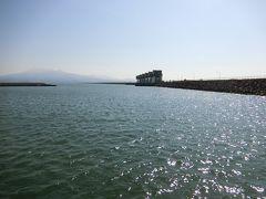 バス停からは、海の方に向かってあるきます。 結構距離がある。 見えてきた。諫早湾開拓堤防。