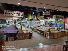 青森駅前にあるアウガの地下新鮮市場内にはいくつかの飲食店が入っていて市場の営業時間に併せて早朝から開いています。