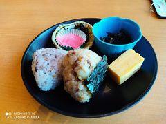 縄文時遊館のレストランで軽く昼食。 「縄文古代米」と「十五穀米」のおにぎりプレートをいただき、青森県立美術館に向かいます。