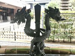 徒歩で25分くらいで豊川稲荷へ到着。  手水舎。 剣に巻き付く龍がカッコいい(^-^)