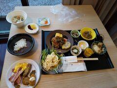 法華クラブの朝食は地元のからしレンコン等の名物料理が沢山でてきておいしい。 今回の旅の朝食の中では一番であった。