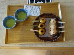 両棒餅 2本の串がささった一口大のお餅 武士が腰に大小の刀を2本さす姿からきている