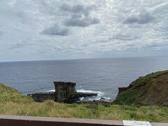 もっとも、このロケの場所はサンニヌ台と呼ばれる地域で、軍艦岩(サンニヌ台)という、その名のとおり軍艦に見える島が見晴らせるところです。  たしか、このあたりの海底には「遺跡じゃないか!?」と呼ばれている階段状の構造物と見える場所があるとか。 グラスボートで見学できるようなのですが、残念ながら確かこの時はボートが島にいないようなことが書いてあった記憶があります。  この軍艦島をみてもわかりますが、こういうミルフィーユのような地層が、海底で波の浸食にあったりすると・・きっと階段状になるのでは・・と思ったりもしました。