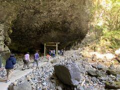 コチラの洞窟に入ります