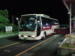 三宮行のバスは21:30発。日本交通の3列シート。  東舞鶴始発で、港は2つ目だったんですが殆ど埋まってましたね。 予約はしてましたが、金曜の夜だったせいでしょうか