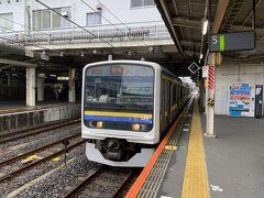 1時間強で成田駅に到着。 ここで銚子行きの普通列車に乗り換えます。  東京はすでに雨が止んでいたのですが、成田辺りではまだ降っていました。