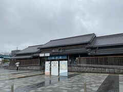 成田から30分強で佐原駅に到着。 趣のある駅舎です。  ここでも弱い雨が降り続いています。