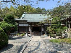 報国寺の本堂。本尊の釈迦如来坐像が祀られています。