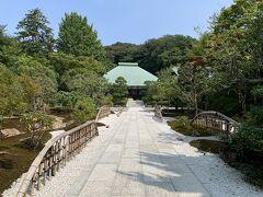 報国寺のほぼ向かいに参道があるのが臨済宗建長寺派の浄妙寺さん。本堂までの参道と、両脇のお庭が迫力あります。
