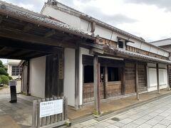 忠敬橋のそばには伊能忠敬の旧宅が保存されています。 17歳で伊能家に婿入りし、50歳で日本地図を作成するために隠居するまでの30数年過ごしたところです。