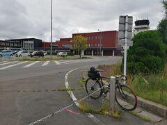 自転車を組み立ててハコを返しました。  サドルバックも合わせて15kgでした。 無料受託手荷物は20kgまでです。