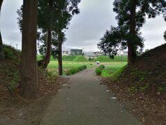 弘前から秋田県へ入る途中に中世城郭があります。  堀越城です。 土塁と空堀の土木量は圧巻です。  国指定史跡にもなっています。