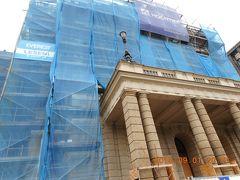 国立歌劇場の写真を撮りに立ち寄ったら、改修中で、おまけに建物は工事用の足場と養生のブルーネットで覆われていて写真すら取れない状態でした。