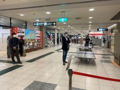 小さい空港なのに地味に荷物が出て来るのに5分以上時間が掛かってピックアップ。 ターミナル内へ。 さてこれからバス移動ですが、どこだろ? 確か左の方に…。