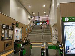 JR石川町駅。  改装されて綺麗になりましたが、左側の壁にあったステンドグラスが無くなったのは残念。