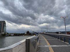 さて時間も時間ですからさっさと出掛けましょう。 まずはお店の集まってるエリアに徒歩移動です。 宍道湖大橋を渡って松江駅方面に。