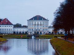 """最近買った """"お城百科事典""""(私が名付けた分厚いお城写真集のニックネーム)に載っていた白亜のお城を見にミュンヘン行きを計画。  ニンフェンブルク(その名も""""妖精の宮殿"""")で夢のような時間を過ごしました。  https://4travel.jp/travelogue/11657488  その後、アザム教会へ向かいます。"""