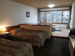 今回宿泊する奥日光小西ホテルのお部屋です。  建物自体は年代を感じさせますが、どこも清潔で綺麗です。