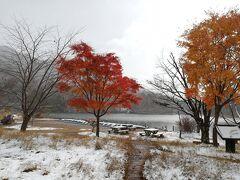 湯ノ湖では紅葉と雪を同時に見られました。