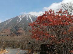 男体山を見ながら中禅寺湖に向かいます。  雪を被っています。