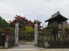 阿弥陀寺。  かつて鶴ヶ城にあった御三階が移設されて、仮本堂として使われています。 また、戊辰戦争の東軍の犠牲者も埋葬されています。