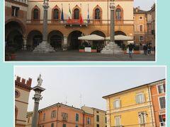 (写真上)1681年に再建された『市庁舎』  市庁舎前に建つ2本の円柱はヴェネツィア共和国支配下の 1483年に建てられたもので、現在はラヴェンナの守護聖人である 聖アッポリナーレと聖ウィタリス(聖ヴィターレ)の像が 上に飾られています。  (1644年にヴェネツィア共和国時代の有翼の獅子像から  聖ウィタリス像に替えられました)