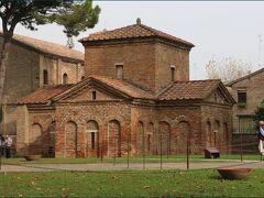 """【ガッラ・プラキディア廟堂】""""Mausoleo di Galla Placidia""""  ※イタリア語の発音に準じ「ガッラ・プラチーディア」と  表記されることもあります。    ガッラ・プラキディアの寄進によりサンタ・クローチェ教会付属の殉教者を祀る礼拝堂として5世紀前半に建設されました。 (ただし正確な建設年代や寄進者、建設目的などを記した当時の確固たる記録がないため、諸説あるとのことです)  上から見ると建物はラテン十字(※)の形をしています。  ※「ラテン十字」とは私たちがよく目にする十字架の形で  縦棒の下の部分が長いクロスのこと。  長さが全て同じ正十字は「ギリシャ十字」と呼ばれます。"""